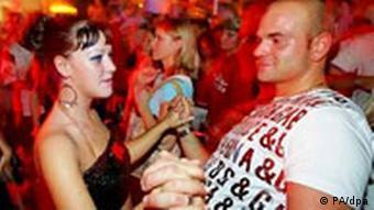 Парень и девушка на дискотеке