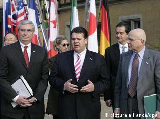 Gastgeber der Umweltministerkonferenz Sigmar Gabriel und Gäste, Quelle: AP