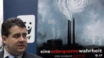 Bundesumweltminister Sigmar Gabriel steht vor einem Filmplakat des mit zwei Oscars ausgezeichneten Films Eine unbequeme Wahrheit von Al Gore
