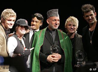 """حامد کرزای در سال ۲۰۰۷ میلادی جایزه """"اشتایگر  آوارد"""" را دریافت کرد."""