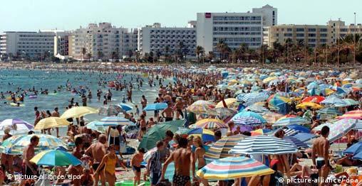 Von Urlaubern belagert ist die Bucht von Cala Millor auf der Ferieninsel Mallorca (Foto: dpa)
