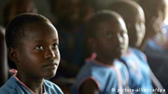 Schulerinnen in Uganda lauschen der örtlichen Malaria-Beraterin (Archivbild), Quelle: dpa