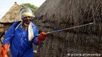 Ein südafrikanischer Gesundheitsbeamter besprüht eine Hütte mit DDT (Archivbild), Quelle: AP