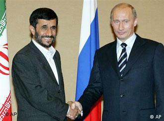 Президенты Ирана и России Махмуд Ахмадинежад и Владимир Путин. Фото из архива: Москва, июнь 2006 года