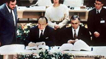 Από την υπογραφή της συμφωνίας: ο τότε υπ. Εξωτερικών της Γερμανίας Γκένσερ και ο υπ. Οικονομικών Βάιγκελ