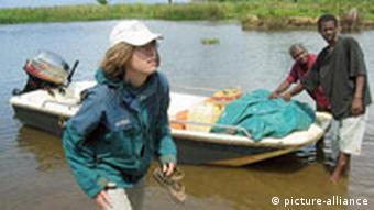 Jutta Nambena von der Welthungerhilfe steigt aus einem Boot in Nosy Varika an Land. (Quelle: dpa)