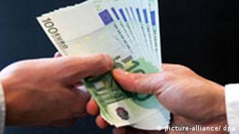 Symbolbild Korruption Euro Scheine und Hände