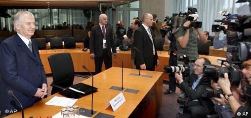 Бывший министр внутренних дел Отто Шили отчитывается перд следственной комиссией о деятельности разведывательной службы