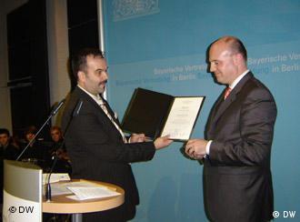 Predsjednik Njemačko-Hrvatskog Društva Bonn Daniel Glunčić uručuje nagradu zastupniku Hartmutu Koschyku.