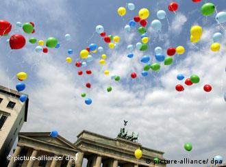 Šareni baloni iznad Brandenburških vrata u Berlinu