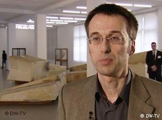Thomas Schnalke, Arzt, Medizinhistoriker und Chef des Medizinhistorischen Museums der Charité, vor Beuys' Plastik Unschlitt/Tallow