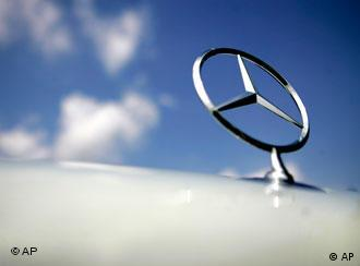 Mercedes-Benz Stern vor blauem Himmel (AP Photo)