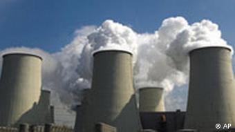 Klima Klimawandel Dampfwolken steigen aus den Kuehltuermen des Braunkohlekraftwerkes Jaenschwalde in Suedbrandenburg