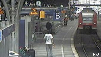 Die Überwachungskamera zeigt einen der Kofferbomber auf dem Kölner Hauptbahnhof (Foto: AP/BKA)