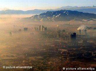 中国西北部城市乌鲁木齐遭受严重的环境污染