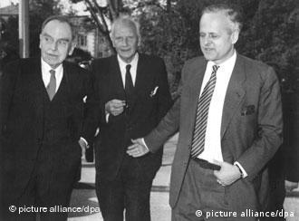 Carl Friedrich von Weizsäcker (dcha), Otto Hahn (iz) y Walther Gerlach el 17 de abril de 1957.