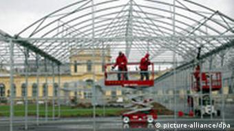 Arbeiter fahren am Mittwoch (07.03.2007) in Kassel mit einem Hubwagen durch den documenta-Pavillion