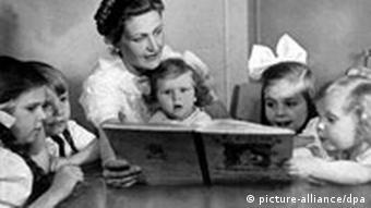 Жена Геббельса Магда вместе с детьми