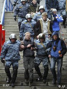 Demo in Moskau - Polizei führt Journalisten ab