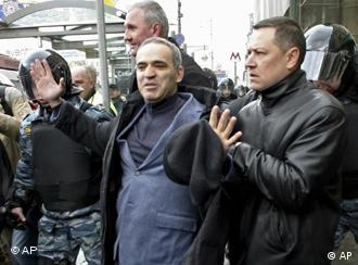 Москва, 14 апреля 2007г. Гарри Каспаров (в центре) во время Марша несогласных