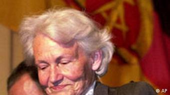 **ARCHIV** Margot Honecker, Witwe von Erich Honecker, in Santiago, Chile, am 12. Okt. 2000. Margot Honecker wird am Dienstag, 17. April 2007 achtzig Jahre alt. (AP Photo/Roberto Candia) ** APD9918 **