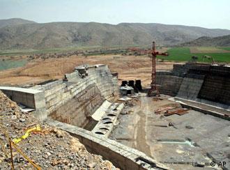 نمائی از سد سیوند که بنای باستانی و حفاظت شده پاسارگاد را تهدید میکند