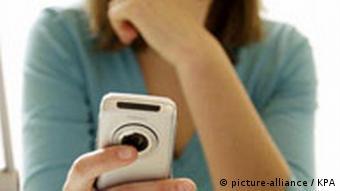 Deutschland Frau schreibt SMS Handy