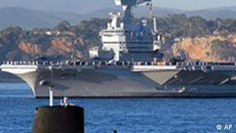 Французская атомная субмарина на фоне авианосца Шарль де Голль