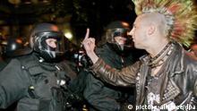 Ein junger Punk beschimpft am Montag (30.04.2007) während einer Demonstration im Rahmen der Walpurgisnacht im Berliner Stadtteil Friedrichshain Polizisten. In der Nacht zum 1. Mai ist es in Berlin auch in diesem Jahr wieder zu Ausschreitungen gekommen. Wie die Polizei mitteilte, warfen zumeist alkoholisierte Jugendliche am Boxhagener Platz im östlichen Stadtteil Friedrichshain Flaschen gegen Polizisten und zündeten Knallkörper. Vereinzelt flogen auch Steine. 61 Randalierer wurden festgenommen. Foto: Steffen Kugler dpa/lbn +++(c) dpa - Bildfunk+++