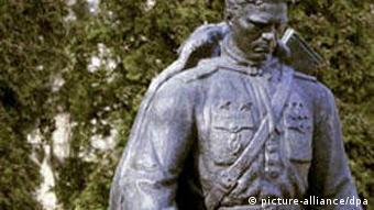 Sowjetisches Kriegerdenkmal auf Soldatenfriedhof verlegt