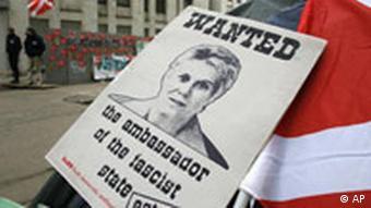 Russland Estland Kriegsdenkmal, Gesucht-Plakate gegen Marina Kaljurand in Moskau