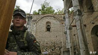 Bundeswehrsoldat vor zerstörter serbischer Kirche (3.5.2007, Quelle: AP)