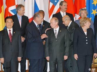 Hu Jintao (e), presidente da China, está na foto oficial, mas não integra o G8