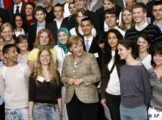 Bundeskanzlerin Angela Merkel umgeben von Jugendlichen während des Jugendintegrationsgipfels (Foto: AP)