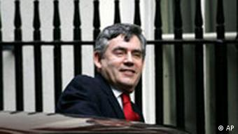 Da will er rein: Gordon Brown vor Downing Streeet 10. Quelle: AP