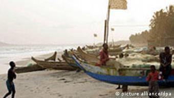 Fischereiboote am Strand in Westafrika. Quelle: dpa
