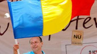 Rumänien Referendum Präsident Traian Basescu mit Flagge