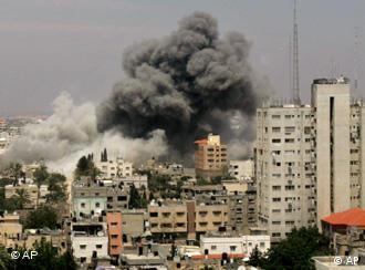 Brennende Häuser in Gaza nach einem israelischen Luftangriff, Foto: AP