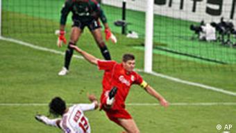 Alessandro Nesta gegen Liverpools Steven Gerrard, Quelle: AP