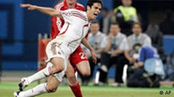 Jamie Carragher zieht gegen Mailands Kaka die Notbremse, Quelle: AP