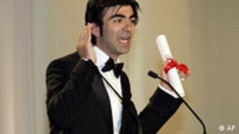 Director Fatih Akin accepts the award for best screenplay for Auf Der Anderen Seite (The Edge of Heaven), during the awards ceremony at the 60th International film festival in Cannes, southern France, on Sunday, May 27, 2007. (AP Photo/Lionel Cironneau)