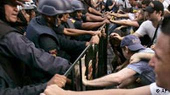 Zusammenstöße zwischen Polizisten und Demonstranten, Quelle: AP