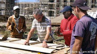 Experten der Gesellschaft für technische Zusammenarbeit (GTZ) beraten äthiopische Handwerker