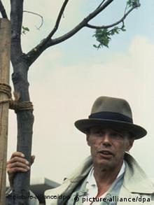 Joseph Beuys / Foto 1982 Beuys, Joseph Kuenstler, 1921-1986. - Documenta 7 7000 Eichen