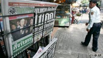 Zeitungsstand mit aktuellen thailändischen Zeitungen, Foto: AP