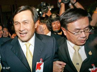 Parteichef Chaturon Chaisaeng (l.), Foto: AP