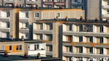 Blick auf die Plattenbausiedlung Neuberesinchen, einem Stadtteil von Frankfurt (Oder) in Brandenburg, aufgenommen am 29.11.2006. Die Stadt an der Oder schrumpft. Seit 1990 sind rund 23.000 Einwohner abgewandert. Mit Stand von Ende 2005 lebten in der Oderstadt noch etwa 63.000 Menschen. Im Jahr 1976 wurde damit begonnen, eine für damalige DDR-Verhältnisse moderne und große Plattenbausiedlung zu aufzubauen. Einst lebten hier rund 25.000 Menschen. Jetzt stehen ganze Wohnblöcke leer und werden nach und nach abgerissen. Foto: Patrick Pleul/lbn +++(c) dpa - Report+++