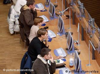 Німецькі студенти в бібліотеці.