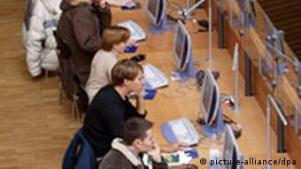 Студенты за компьютерами в аудитории