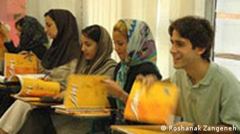 Das Bild ist in Teheran von Roshanak Zangeneh im September 2006 aufgenommen worden. Das bild zeigt einige StudentInnen im Deutschen Sprachinstitut Teheran. Uebertragung der Rechte dieses Bildes an DW-Online Hiermit erkläre ich mich damit einverstanden, daß die Rundfunkanstalt Deutsche Welle meine eigene als Anhang verschickten Bilder für ihre Publikation oder Websiten verwenden darf. Bitte geben Sie meinen Name (Roshanak Zangeneh) als Bildquelle ein. Danke